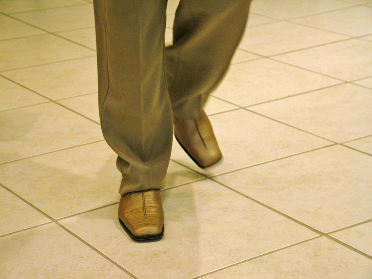 Jak kobieta ma się ubrać latem, żeby nie złamać zasad dress code?